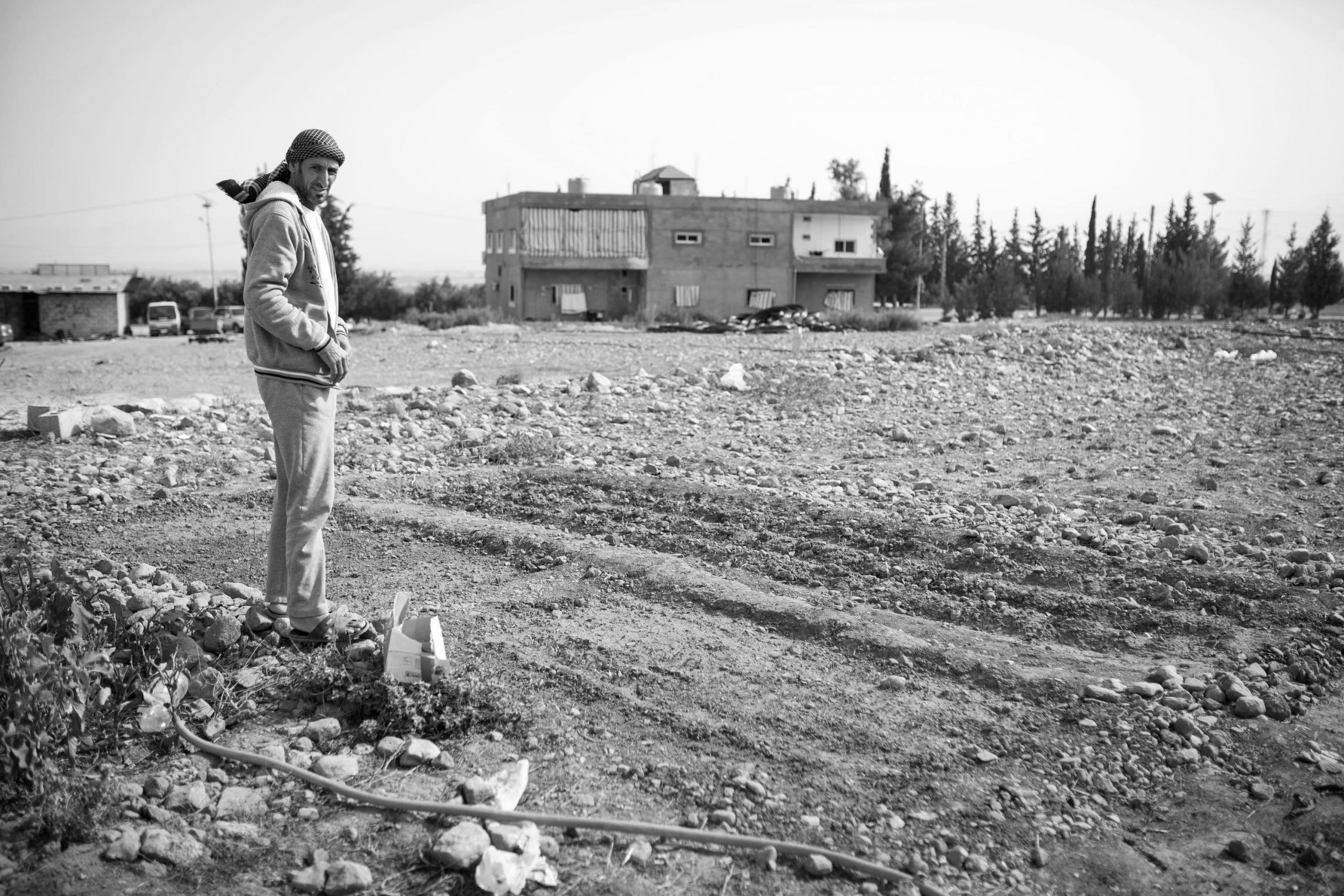 Riad, frente a su huerto en Líbano