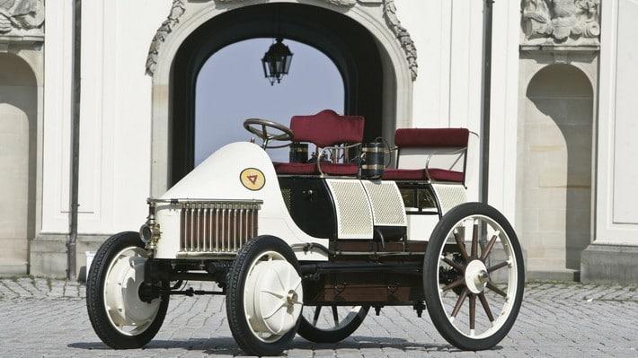 primer coche hibrido