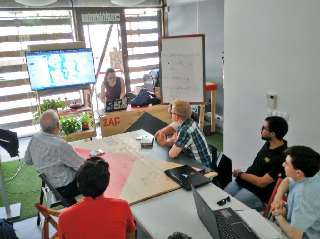 El grupo Mapeado Colaborativo reunido en una charla
